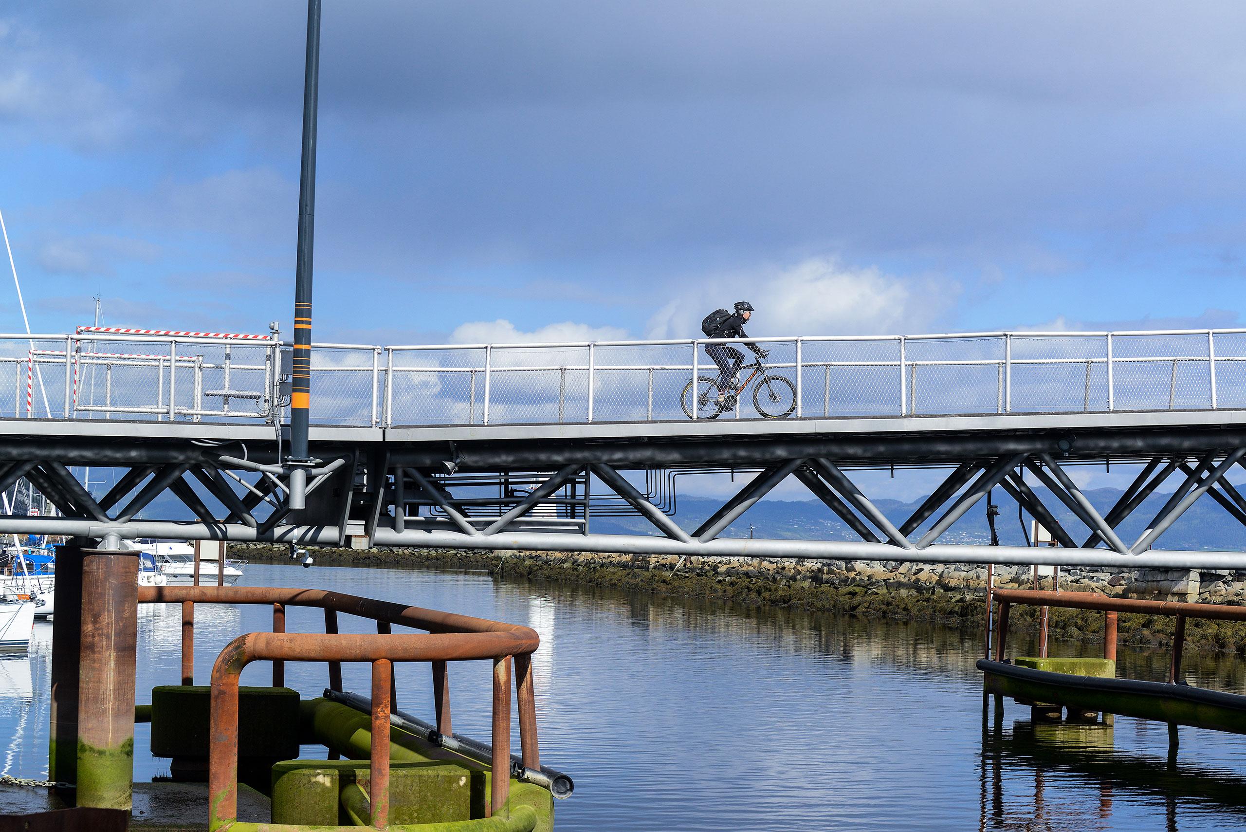 Bilde av syklist over sykkelbru
