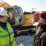 Ordfører Rita Ottervik og FAU-leder Anja Ehmke er fornøyd med at det snart blir ny veg på Byåsen. Foto: Carl-Erik Erikssson.