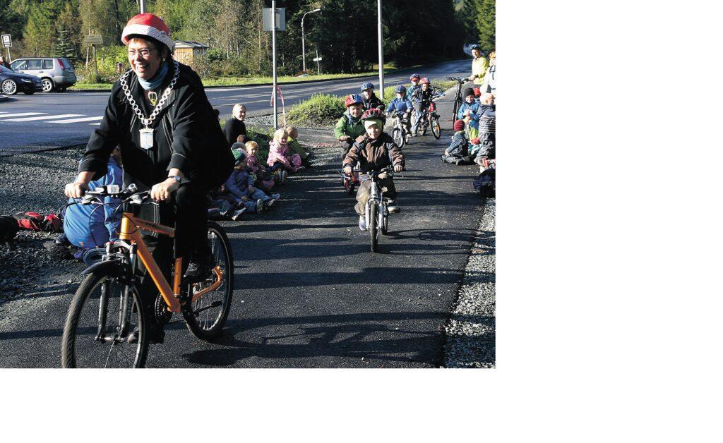 Ordfører Rita Ottervik og barna i Ferista barnehage åpnet gang- og sykkelvegen.