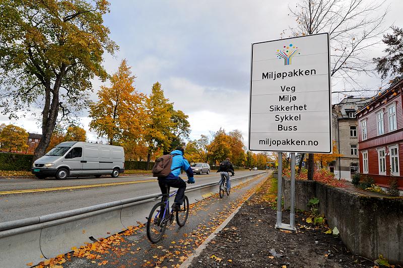 Bilde av syklist og skilt