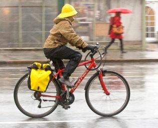 Bilde av syklist i regnvær