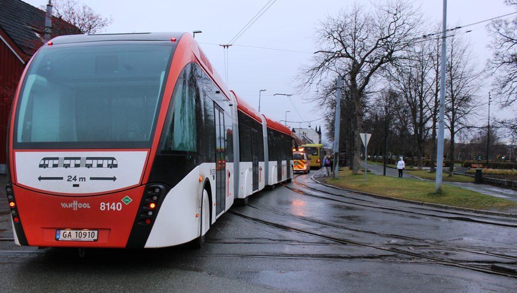 En 24 meter lang buss at typen Van Hool på prøvekjøring i Ila. Du ser bussen bakfra.
