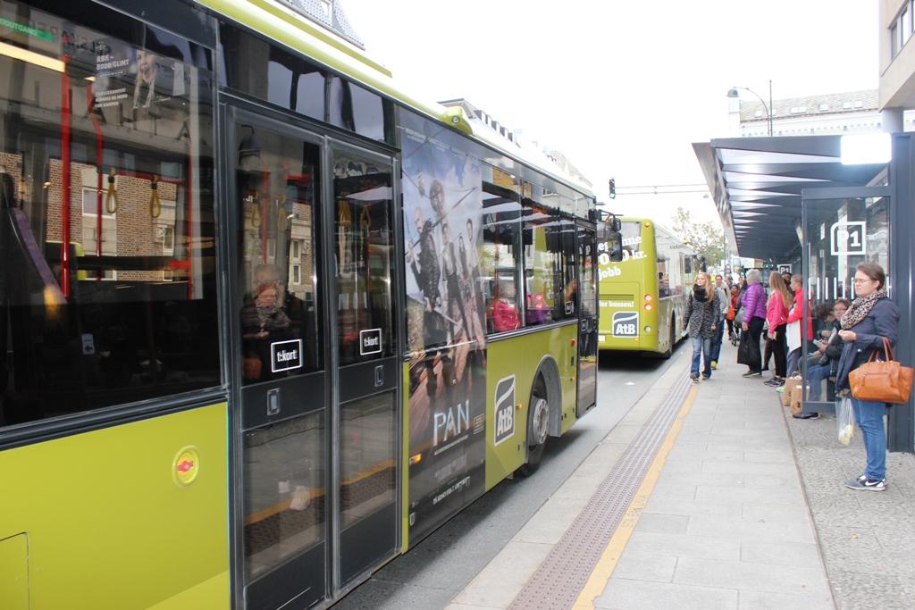 Bilde av buss ved holdeplass i Prinsenkrysset