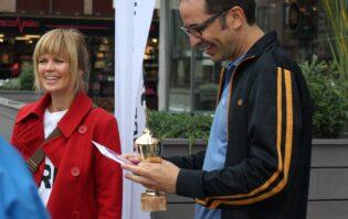 Joachim Vogt Isaksen fikk prisen av leder i Miljøpakkens gågruppe, Birgit Høyland.