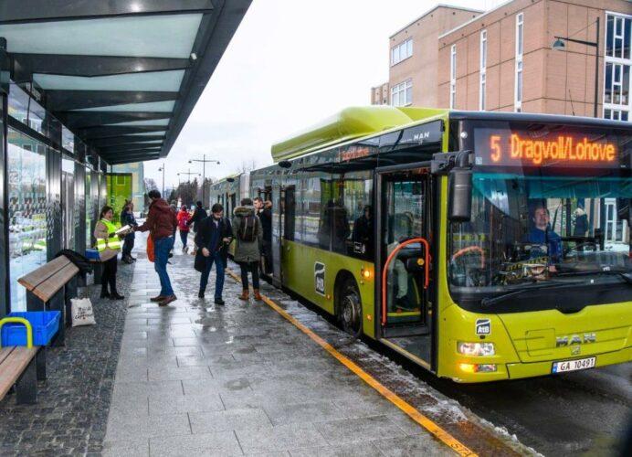 Lacie Goff fra Miljøpakken spanderer baguetter og refleks på de første brukerne av nye Metrostasjoner.