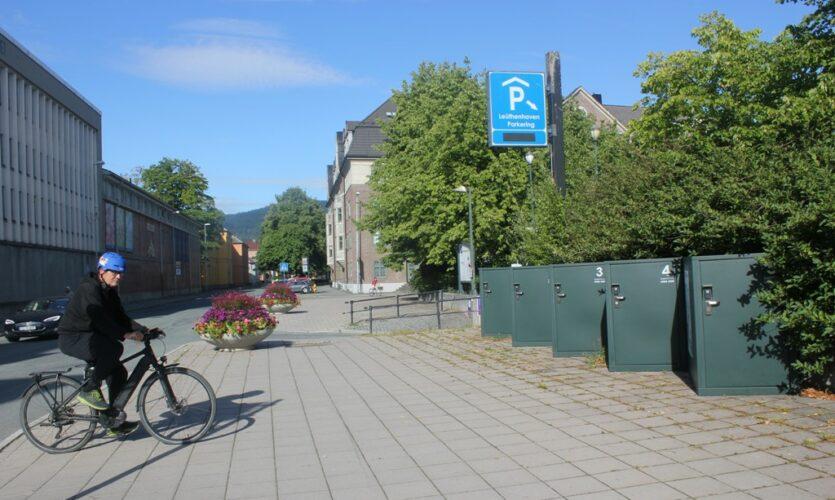 De nye sykkelskapene står lett synlig ved P-huset i Erling Skakkes gate.